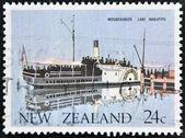 Nueva zelanda - circa 1984: un sello impreso en nueva zelanda muestra alpinista lago wakatipu, circa 1984 — Foto de Stock