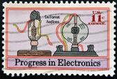 Vereinigte staaten - circa 1973: briefmarke gedruckt in usa zeigt deforest audions, fortschritte in der elektronik, ca. 1973 — Stockfoto