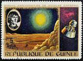 Guinea cca 1973: razítko tisk Guineje, věnované výročí nicolas copernicus ukazuje měsíc krajiny a kosmických lodí, cca 1973 — Stock fotografie