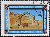 Afghanistan - circa 1984: en stämpel som tryckt i afghanistan ägnas åt Världsdagen för turism, visar qalai bist arch, circa 1984 — Stockfoto