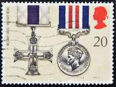 Reino unido - por volta de 1990: um selo impresso na grã-bretanha mostra cruz militar, medalha militar, bravura, prêmios, por volta de 1990 — Fotografia Stock
