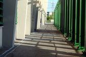 Camino sombreado con un tubos de pared y verde — Foto de Stock