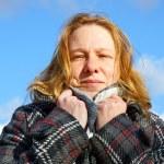 年轻女子和蓝蓝的天空 — 图库照片