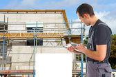 Byggnadsarbetare framför en byggplats — Stockfoto