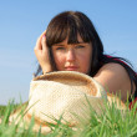 緑の芝生できれいな女の子 — ストック写真