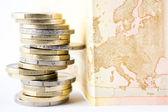 Stos monet euro i banku — Zdjęcie stockowe
