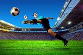 Jugador de fútbol en la cancha del estadio — Foto de Stock