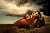 желтый трактор на фоне неба — Стоковое фото