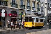 Historische tram in de straat van Lissabon, portugal. — Stockfoto