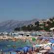 Foto Stock: Crowded beach in Adriatic resort Brela, Croatia.