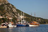 Sailing ships in the harbor of Croatian town Omis — Stock Photo