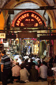 Muslim ready for the pray inside of Grand Bazaar, Istanbul — Stock Photo