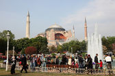 Square with fountain n front of the Hagia Sophia Mosque in Istanbul, Turkey — Stock Photo