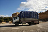 Truck in front of old city wall of Fez, Morocco — Stock Photo