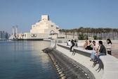 En la corniche en el museo de arte islámico de doha, qatar. — Foto de Stock