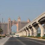 camino hacia el hotel atlantis en palm jumeirah, dubai — Foto de Stock   #8813143