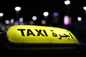 Taxi in Abu Dhabi at night — Stock Photo
