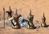 Café árabe tradicional dos potenciômetros na lareira no deserto — Foto Stock