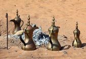 Traditional Arabic coffee pots at fireplace in the desert — Stock fotografie