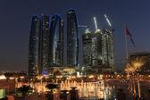 在黄昏,阿拉伯联合酋长国的阿布扎比摩天大楼 — 图库照片