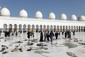 Visitors of the Sheikh Zayed Mosque in Abu Dhabi — Stock Photo