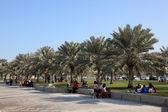 Détente sur la corniche de doha, qatar. — Photo