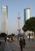 Street scene in Pudong. Oriental Pearl Tower in the background — Stockfoto