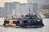 Ferry on Huangpu River in Shanghai, China — Stockfoto