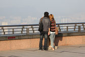 Couple enjoying the view over Hong Kong from Victoria Peak — Stockfoto