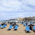 Sunloungers on the beach Las Canteras in Las Palmas de Gran Canaria — Stock Photo