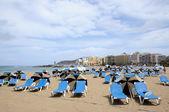шезлонги на пляже лас-кантерас в лас-пальмас-де-гран-канария — Стоковое фото