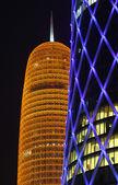 Burj qatar und die blau beleuchtete qipco tower in doha, katar — Stockfoto