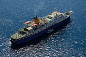 Cruise ship in harbor of Santorini, Greece — Stock Photo