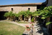 Dziedziniec wiejski dom w provence, francja — Zdjęcie stockowe