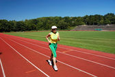 Femme senior active jogging dans le stade — Photo