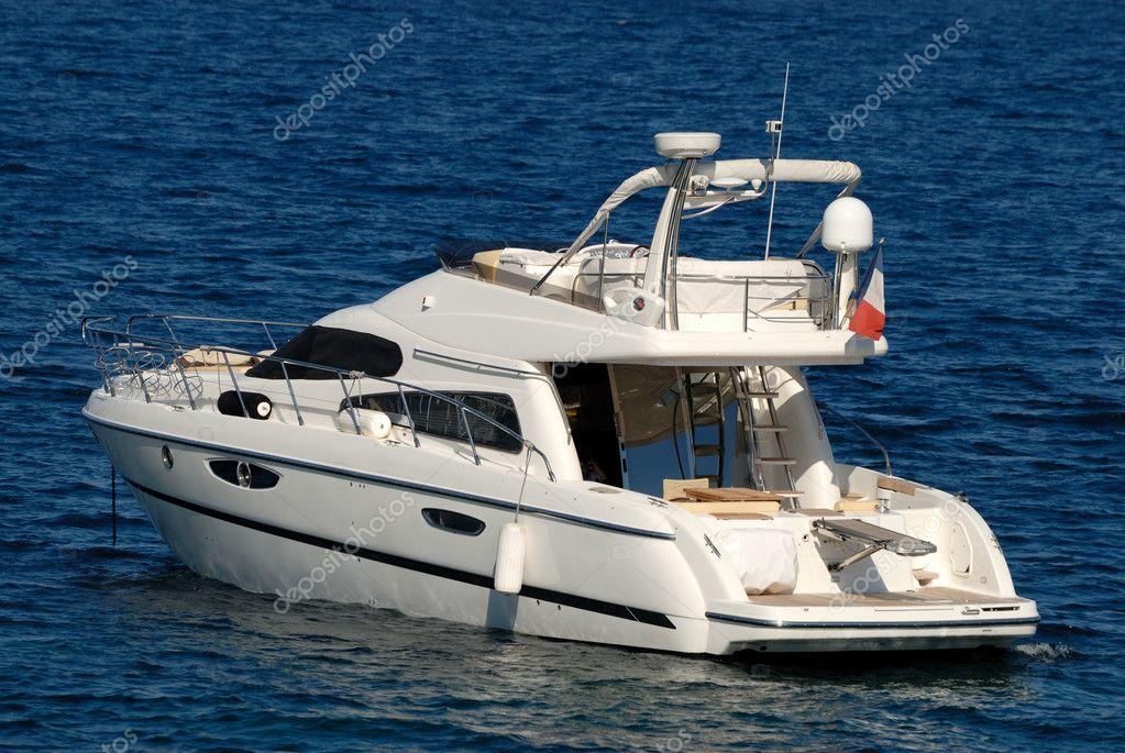 yate de motor peque o y lujoso en el mar mediterr neo On precio de yates pequeños