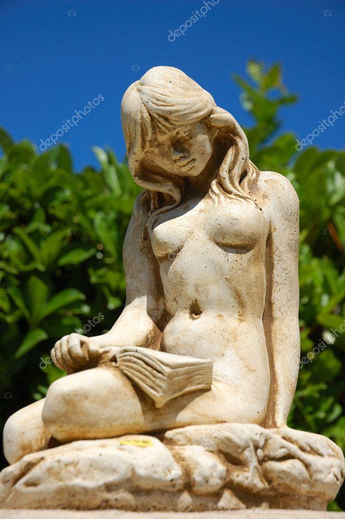 zhivaya-golaya-skulptura