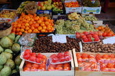 Fresh vegetables, beans, honey and fruits at a farmer's market — Stock fotografie