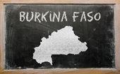 Konturkarta över burkina faso på blackboard — Stockfoto