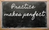 Expression - la pratique rend parfait - écrit sur un noir de l'école — Photo