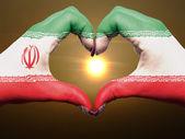 心と愛のジェスチャーの手では洒落男の間にイランの旗の色 — ストック写真