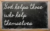 Wyrażenie - Bóg pomaga tym, którzy pomóc sobie - napisane na — Zdjęcie stockowe