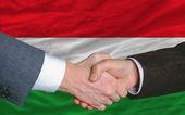 ハンガリーの国旗の前で良い取引後ビジネスマン ハンドシェイク — ストック写真