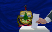 投票选举在国旗上的 vermon 州旗的人 — 图库照片