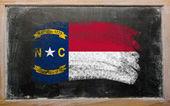 Flaga nas państwo w północnej karolinie na tablica malowane z ch — Zdjęcie stockowe