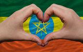 över nationella flagga etiopien visade hjärta och kärlek gest mad — Stockfoto