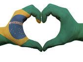 Hjärta och kärlek gest i Brasilien flagga färger av händerna isolerad o — Stockfoto