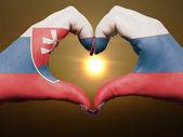 在斯洛伐克国旗色的心和爱的姿态的手 — 图库照片
