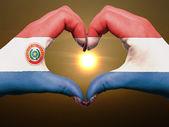 Hart en liefde gebaar door handen gekleurde in paraguay vlag tijdens — Stockfoto