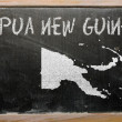 Outline map of papua new guinea on blackboard — Zdjęcie stockowe
